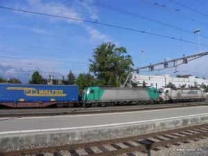 Ilustrační foto: Vlak s kamiónovými návěsy, Thun, Švýcarsko