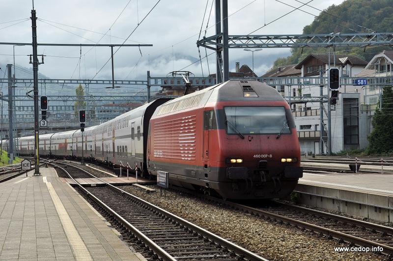 InterCity švýcarských drah projíždí stanicí Olten