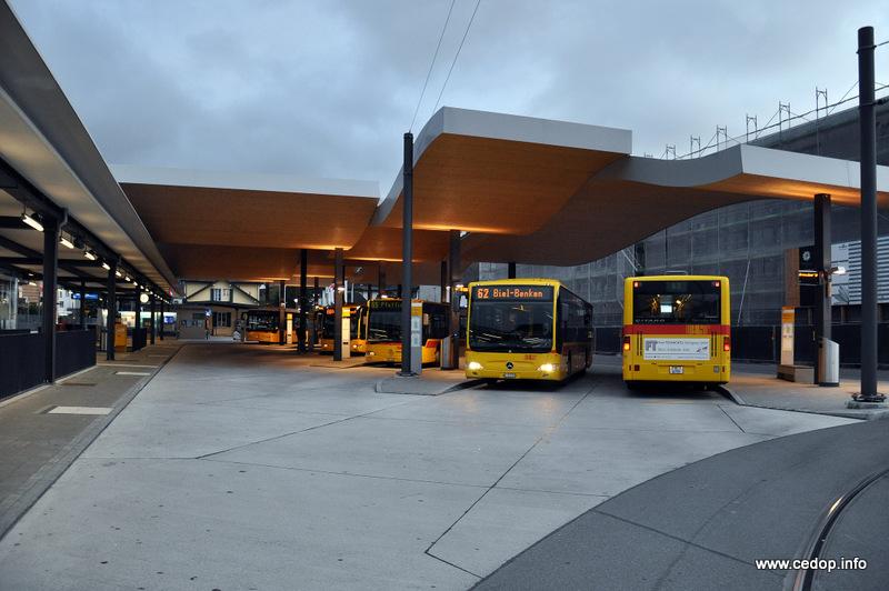 Dobrá praxe ze zahraničí: Přestup hrana-hrana mezi vlaky, tramvajemi a autobusy v terminálu Dornach-Arlesheim u Basileje, Švýcarsko.