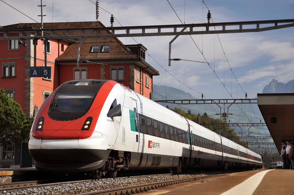 Ilustrační foto: naklápěcí vlak ICN Švýcarských drah