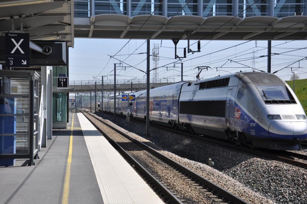 Ilustrační foto: Rychlovlak TGV projíždí rychlostí přes 300 km/h stanicí Champagne-Ardenne TGV